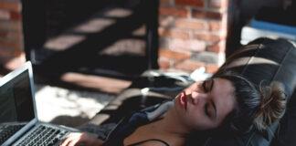Spanie w soczewkach